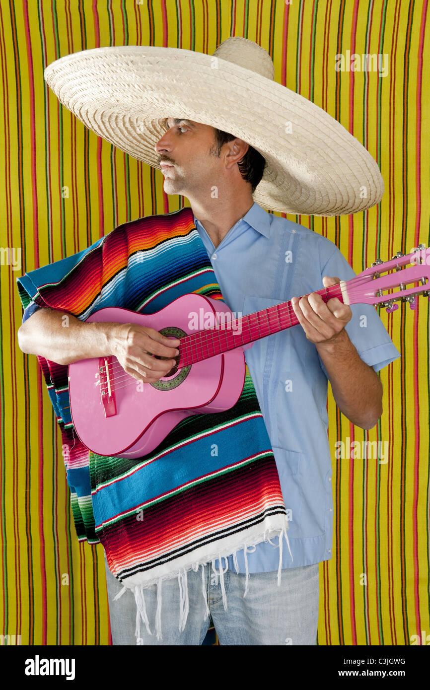 El hombre mexicano serape poncho sombrero tocando la guitarra típica de  México Imagen De Stock 93af10cae8c