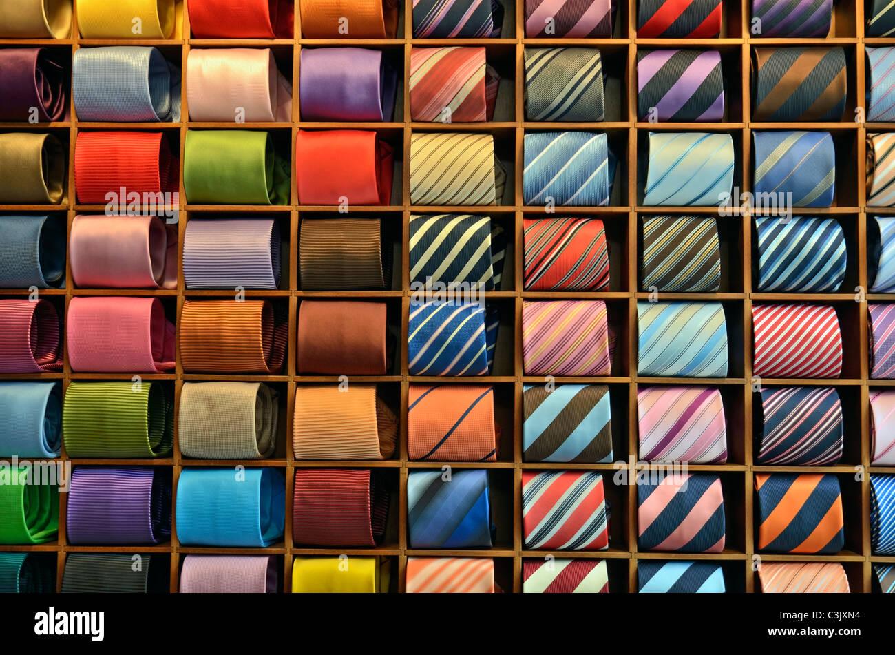 Corbatas mostrar en una tienda de ropa Imagen De Stock