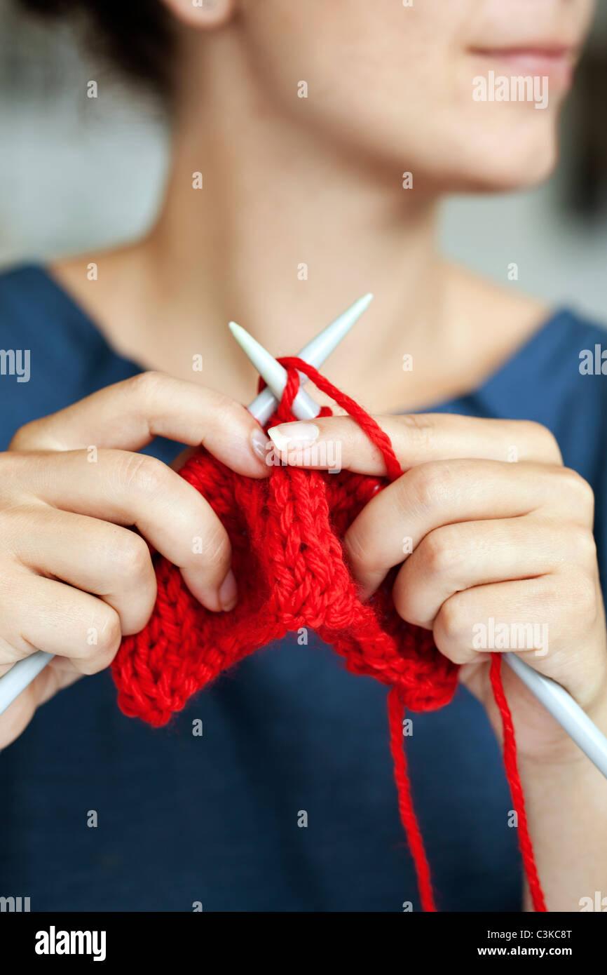 Mujer tejiendo, close-up Foto de stock