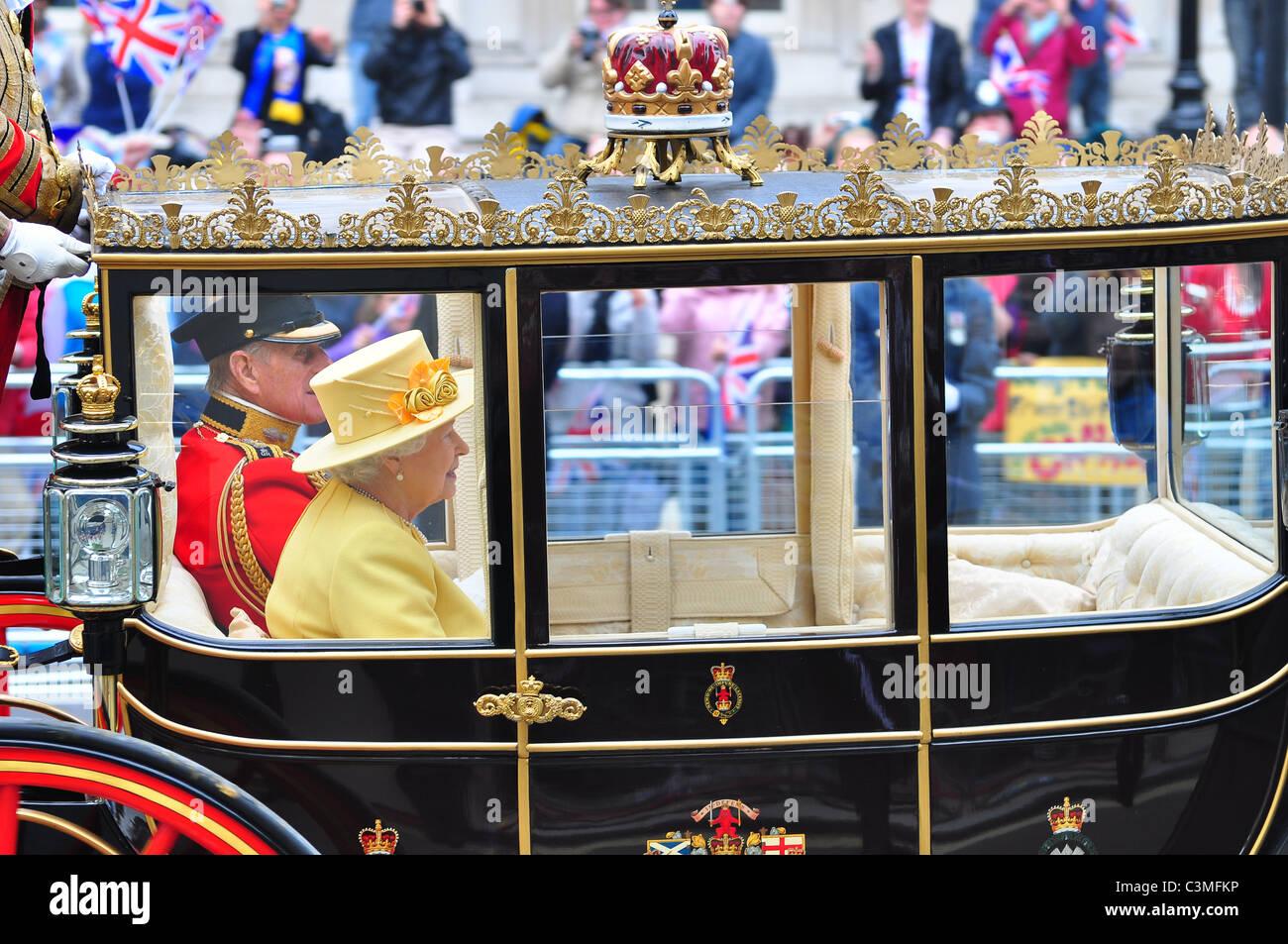 La Reina y el Duque de Edimburgo, dejando a la Abadía de Westminster después del matrimonio de los Duques Imagen De Stock