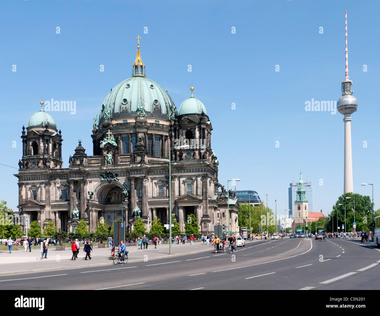 La Catedral o Dom con la Fernsehturm a la parte trasera de la Isla de los museos en Berlín Mitte Imagen De Stock