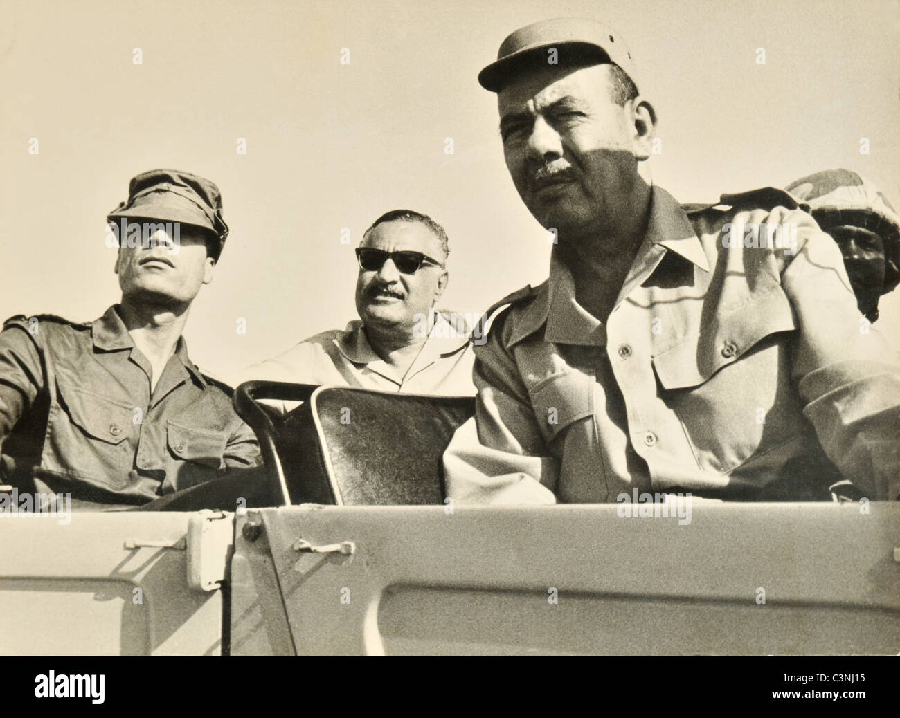 El presidente egipcio Gamal Abdel Nasser y el líder libio, el Coronel Muamar el Gadafi con las fuerzas armadas Imagen De Stock