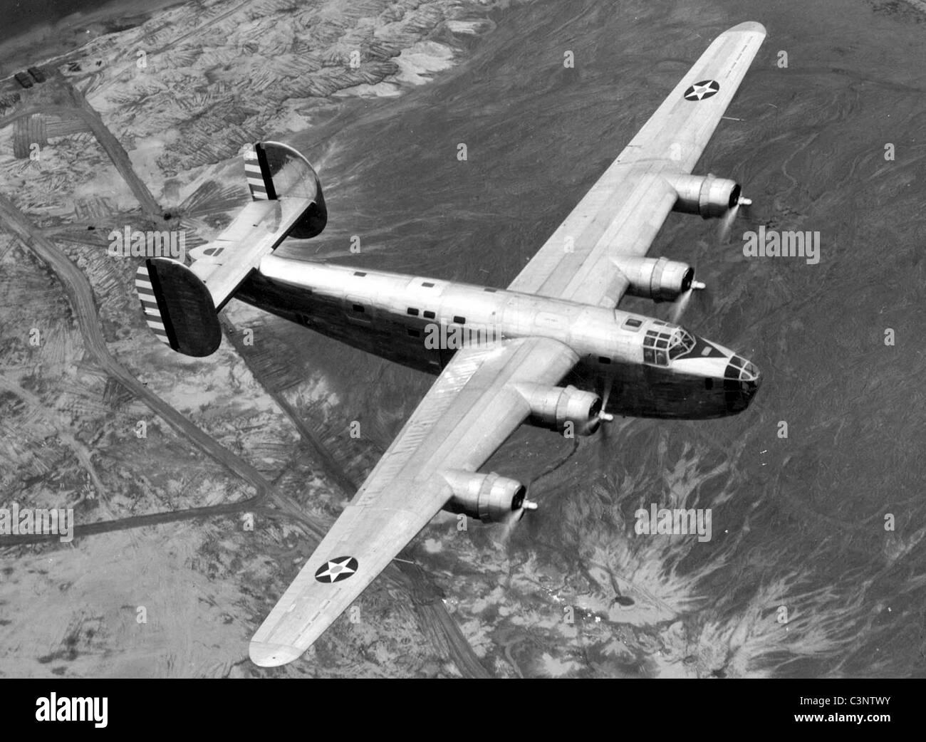 Consolidated B-24 en vuelo. Foto de stock