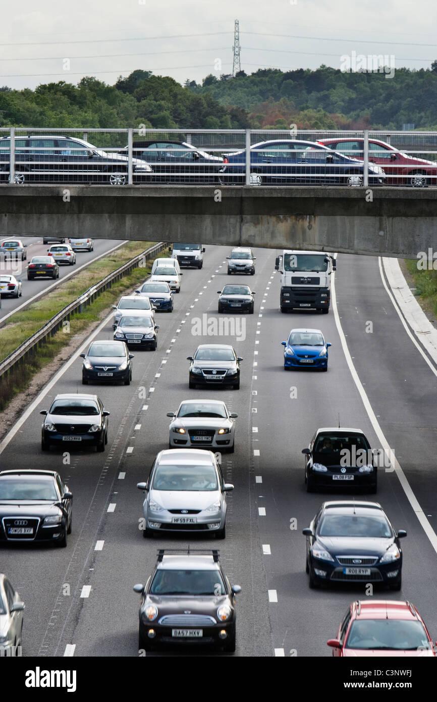 La hora pico de tráfico pesado en la autopista. M3, Surrey. Imagen De Stock