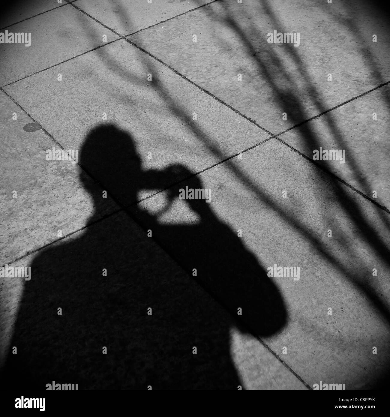 Sombra del hombre tomando una fotografía. Imagen De Stock