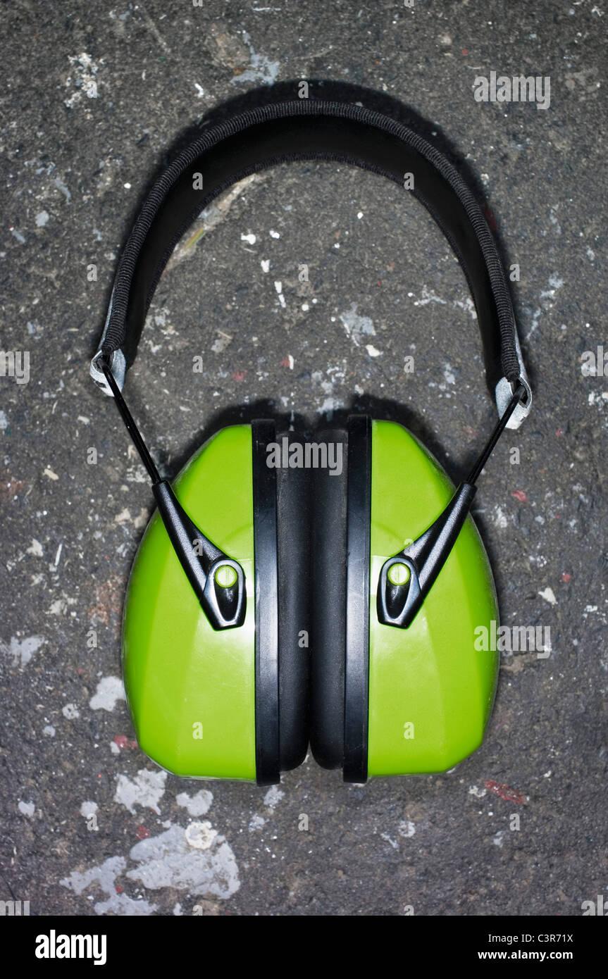 Alemania, Hesse, Frankfurt, cerca de protector auditivo herramienta de trabajo en la fábrica. Imagen De Stock