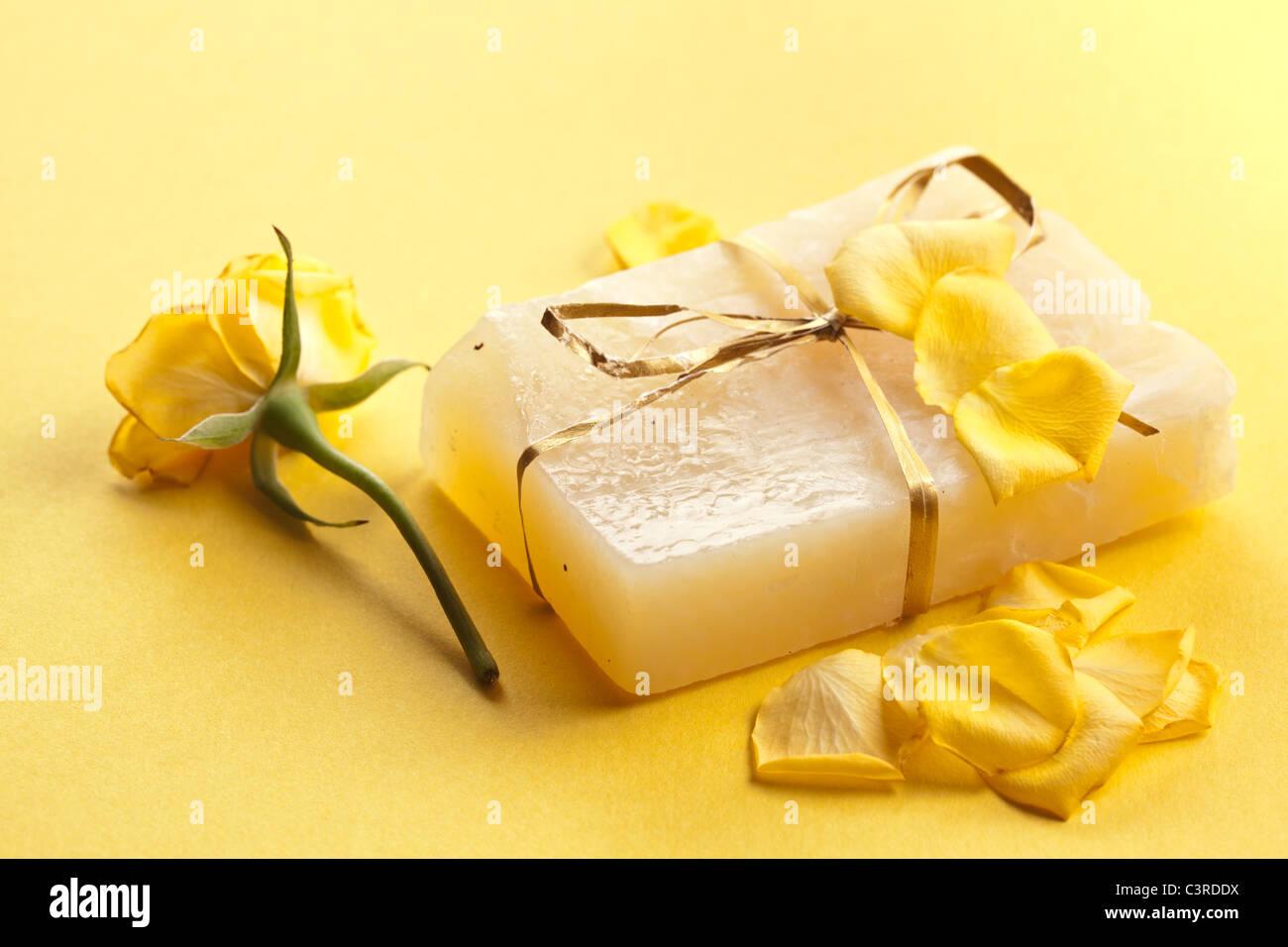Pieza de mano jabón de flores. Imagen De Stock