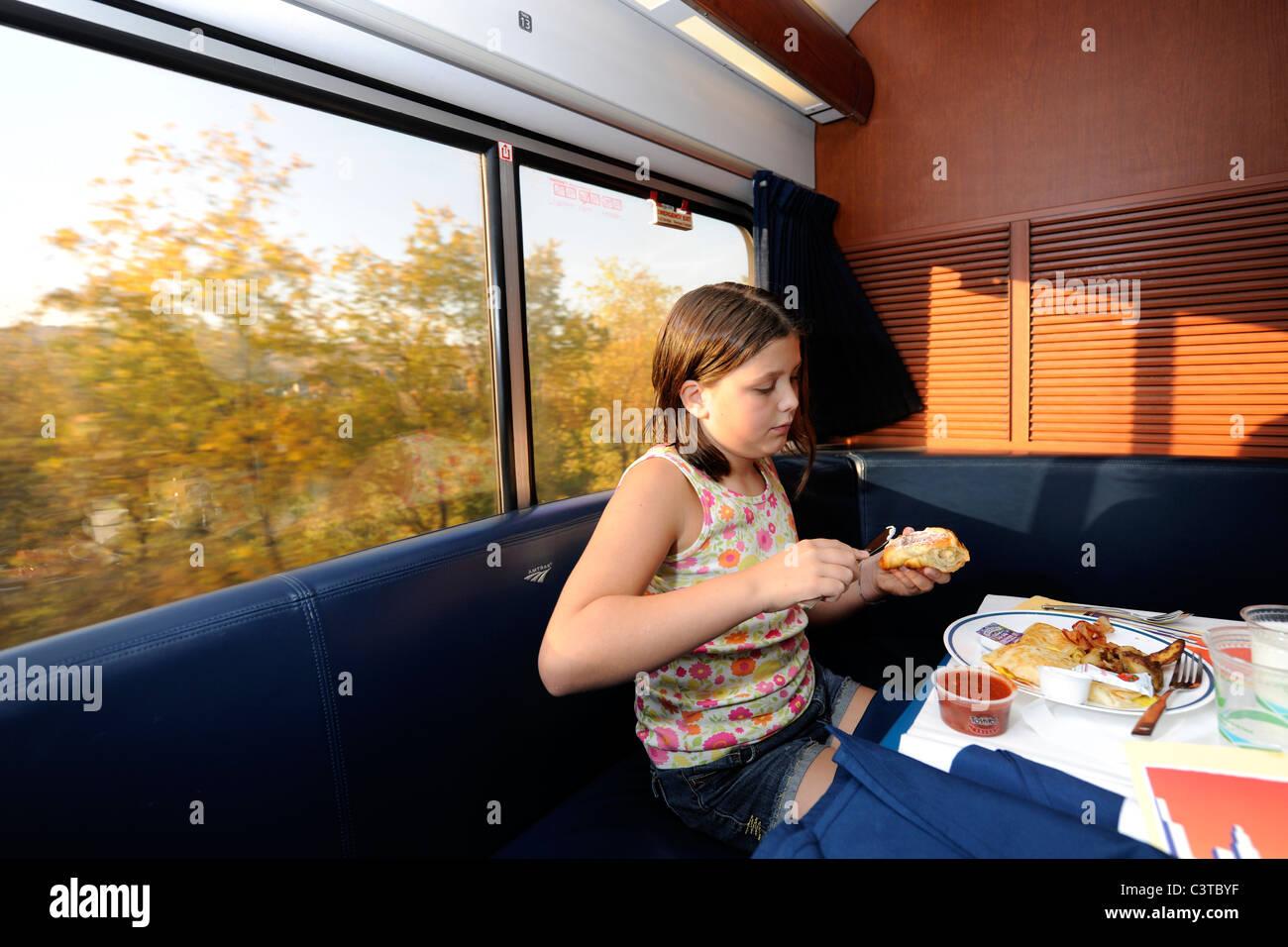 Niña de 10 años en coche comedor en el coche cama de Amtrak para el viaje en el Capitol Limited desde Imagen De Stock