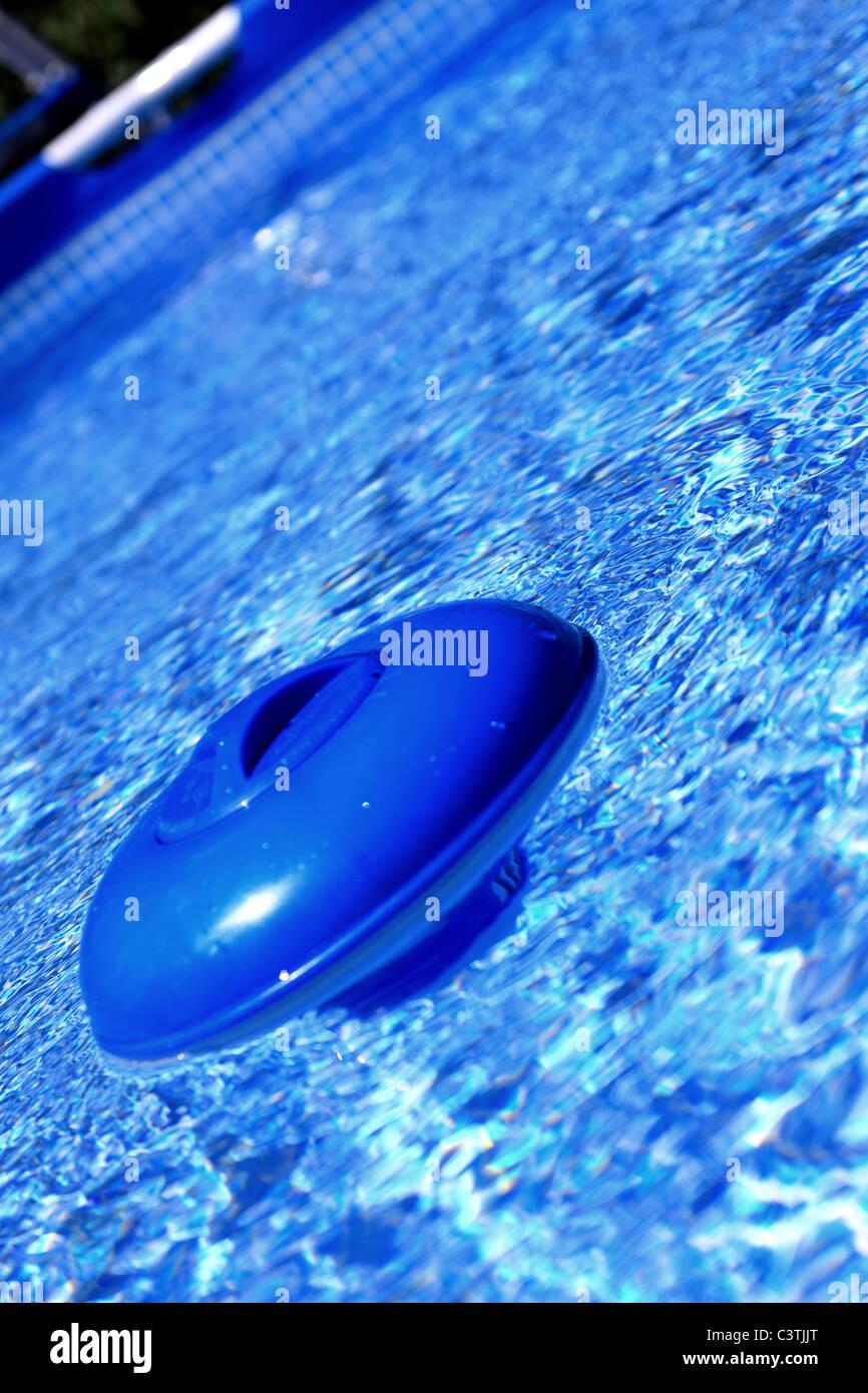 Llena de cloro boya sube a la superficie del agua Foto de stock