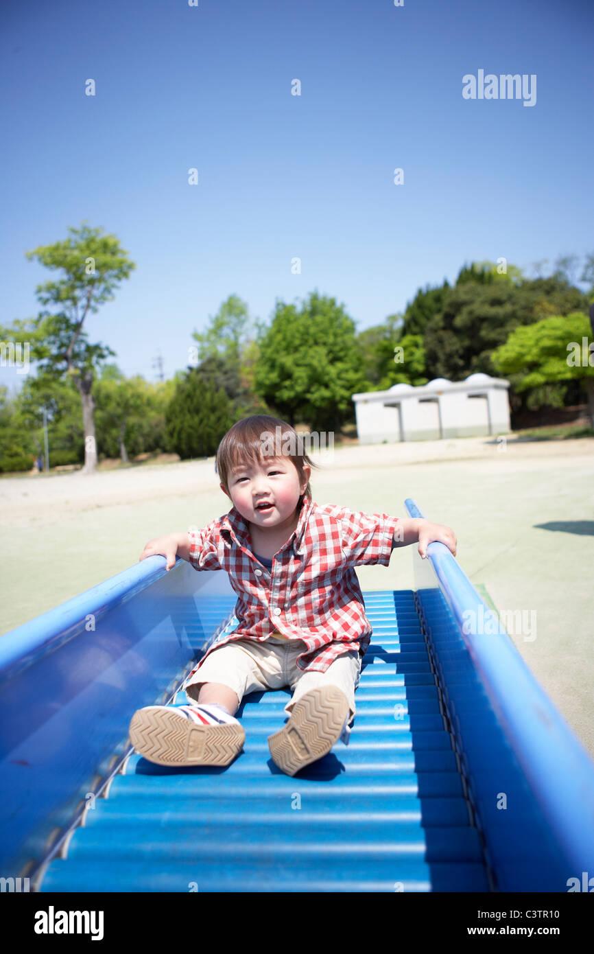 Baby Boy en la diapositiva Foto de stock