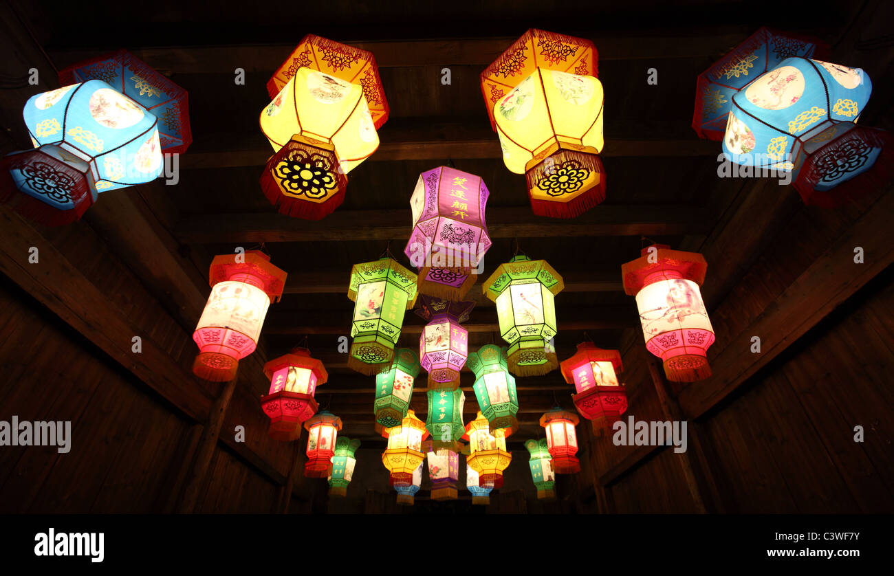 Linternas de papel tradicionales chinos en la oscuridad. Imagen De Stock