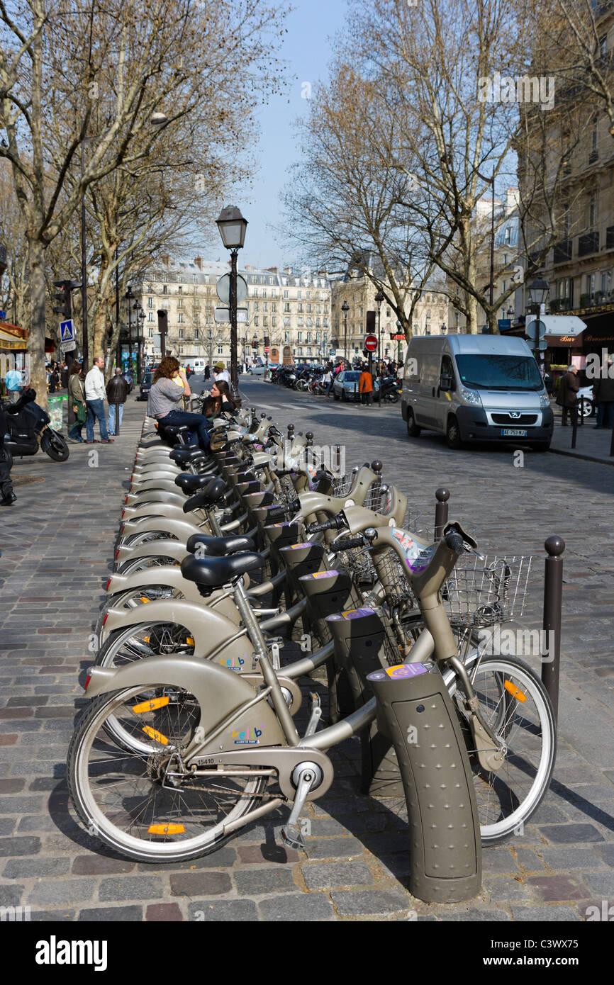 Velib bike sharing station en la Place Saint Michel, el Barrio Latino, en París, Francia Imagen De Stock