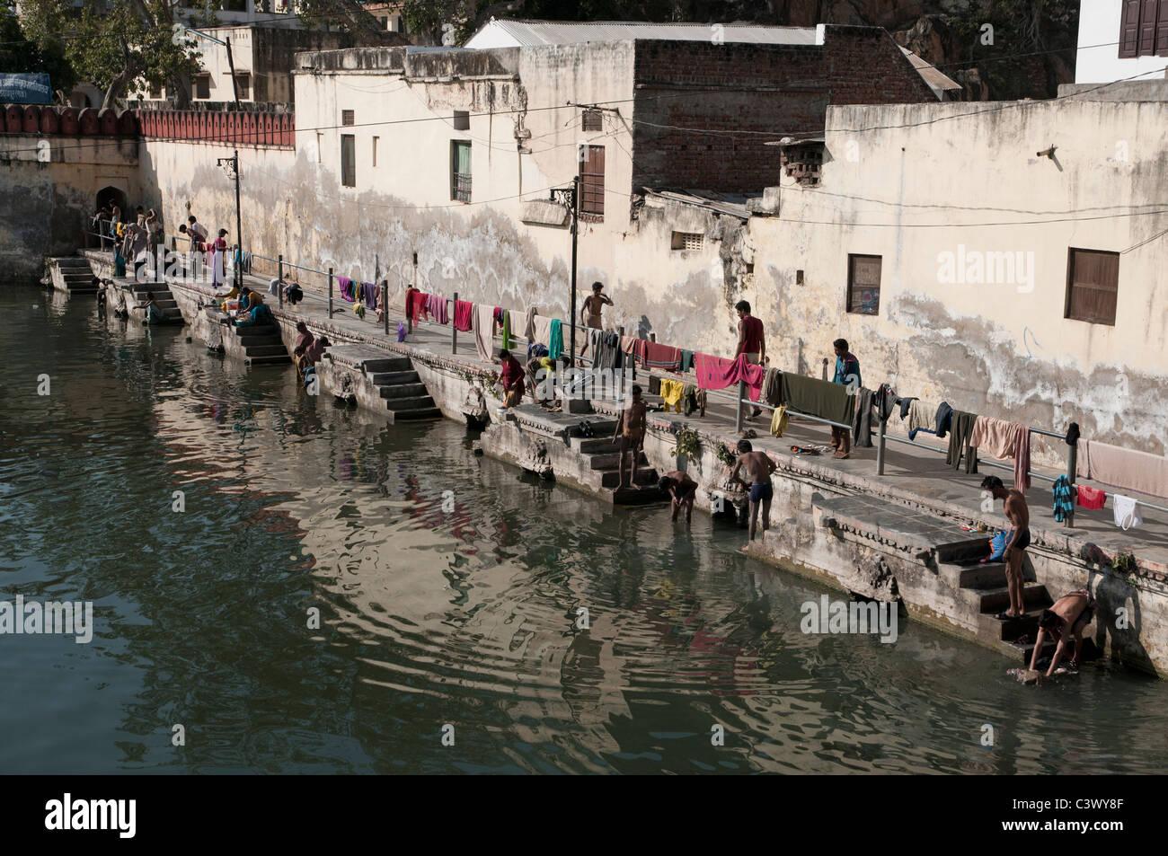 La gente lavando su ropa en Udaipur. Imagen De Stock