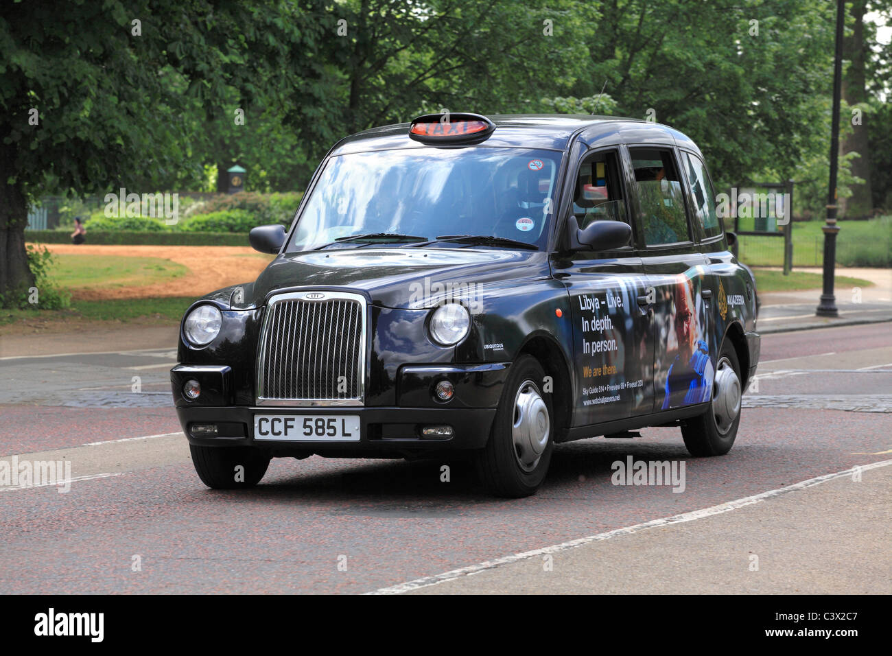 Taxi negro de Londres en Hyde Park Imagen De Stock