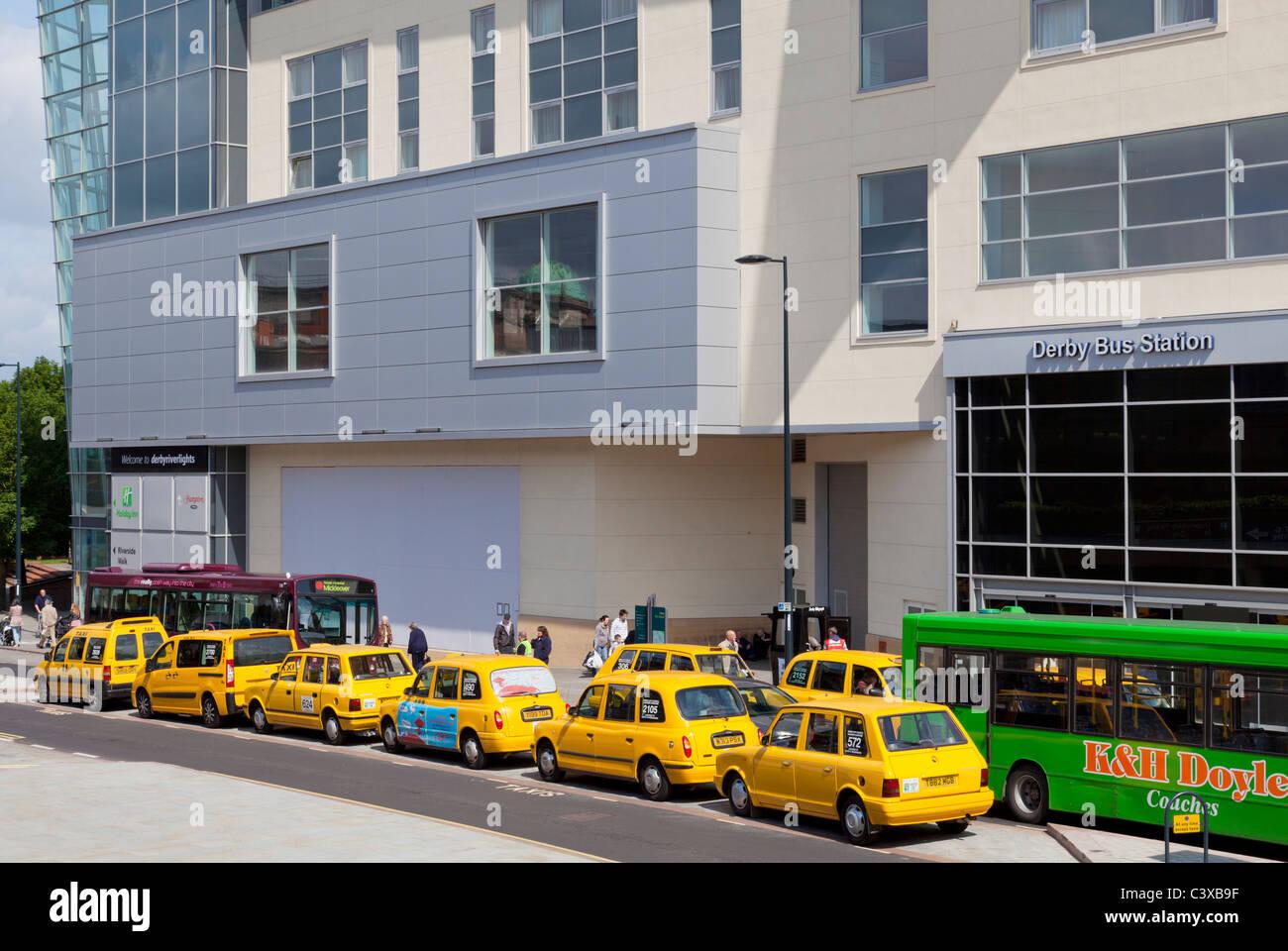 La estación de autobuses de Derby con amarillo taxis y autobuses en un día ajetreado Morledge la cabina Imagen De Stock