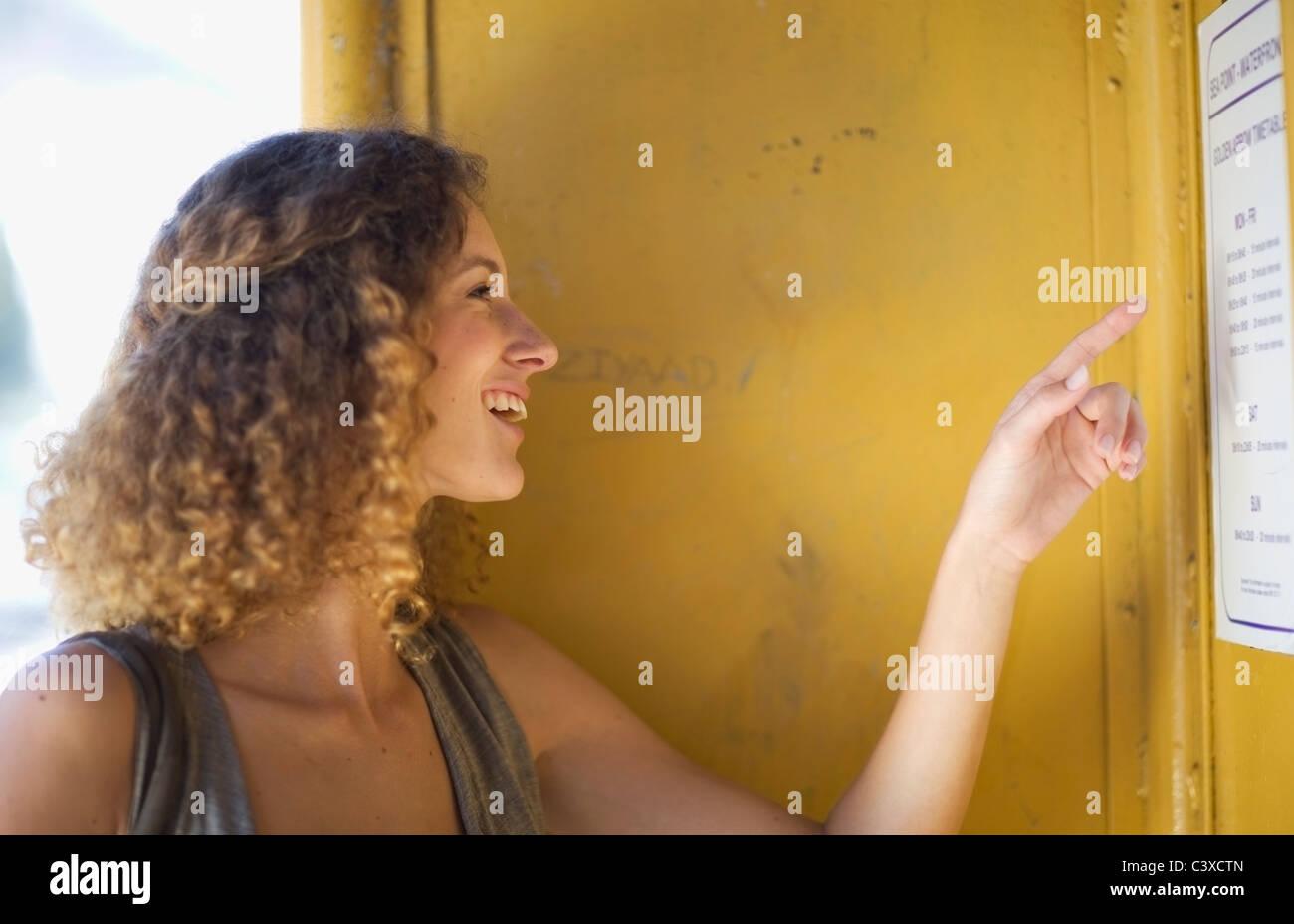 Mujer comprobando una tabla de horario Imagen De Stock