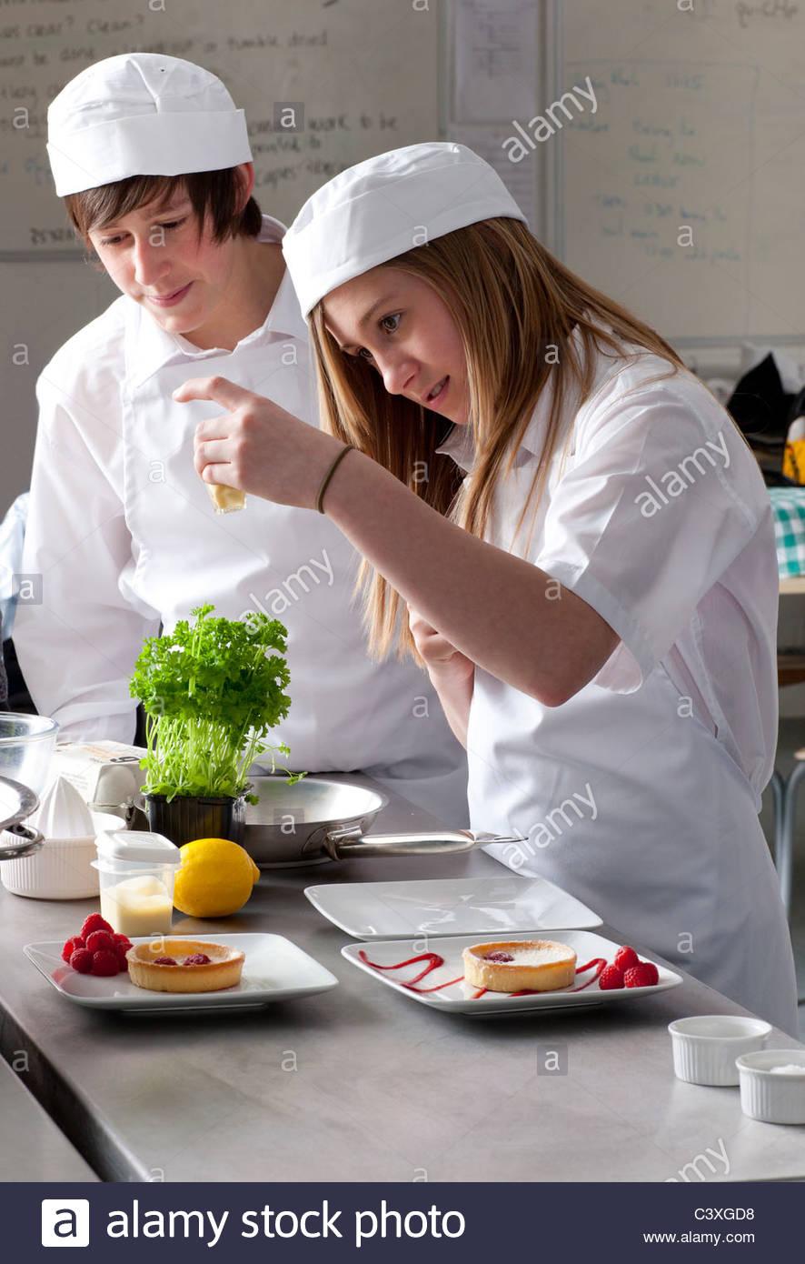 Aprendiz del chef trabajando juntos en la cocina comercial Foto ...