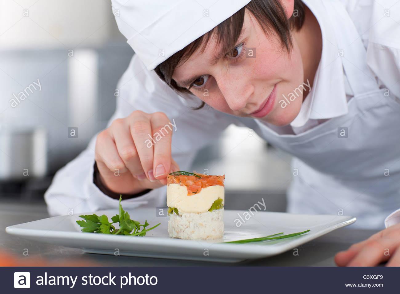 Cursillista chef trabajando en cocina comercial Imagen De Stock