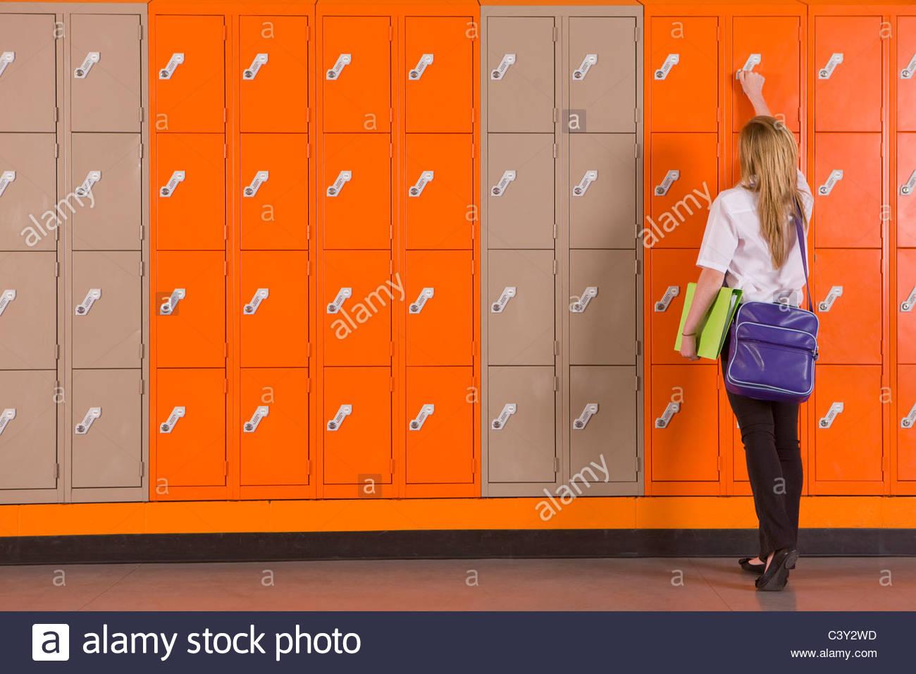 Estudiante de escuela de desbloqueo locker Imagen De Stock