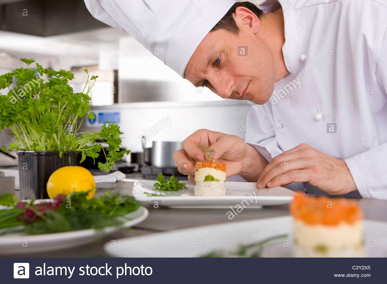 Chef gourmet de adorno en la cocina comercial Imagen De Stock