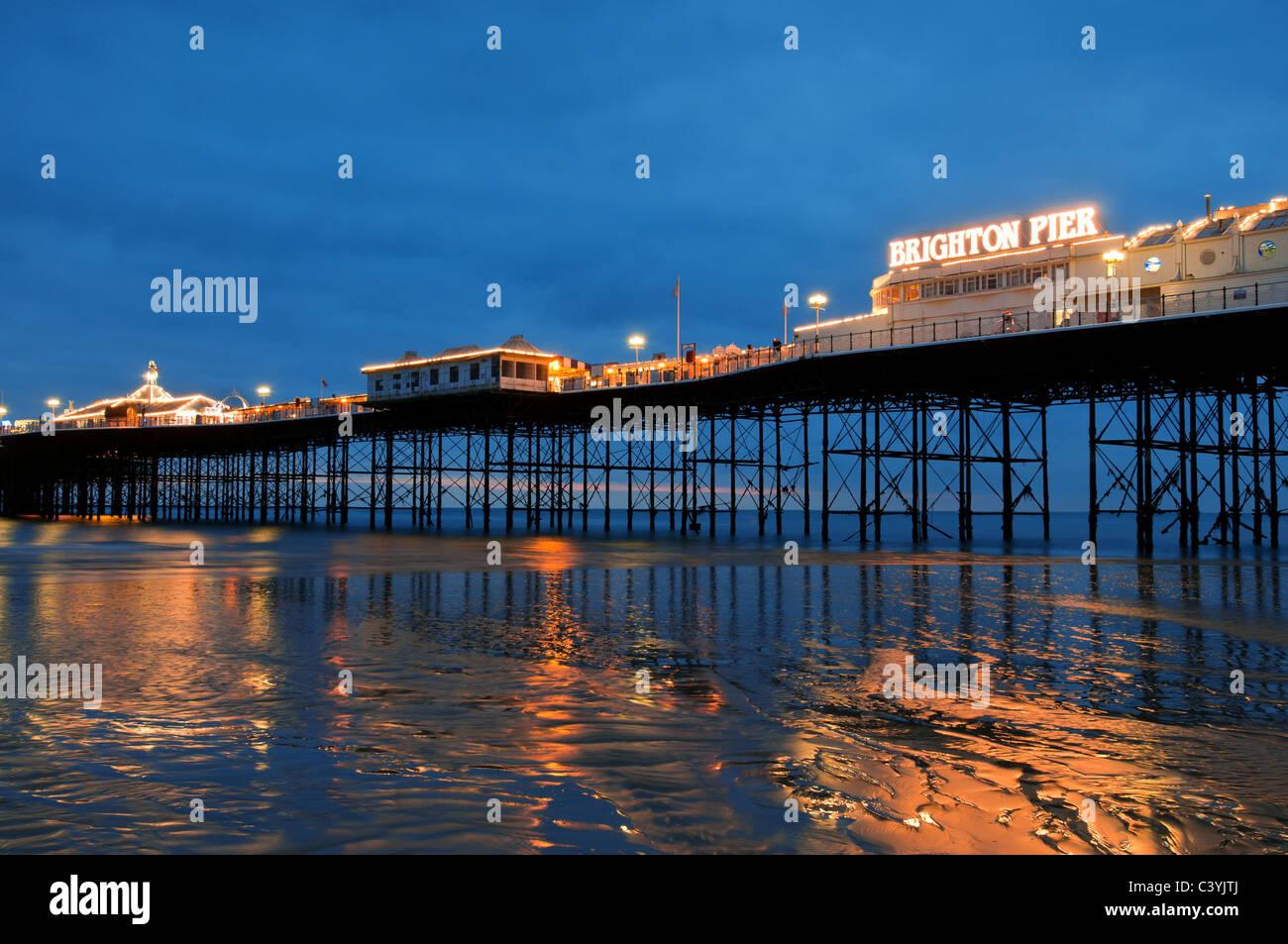 Brighton Pier, Sussex, Inglaterra,Reino Unido,viajar,Europa,espacio,costa,playa,pier,victorian,noche,al anochecer, Imagen De Stock