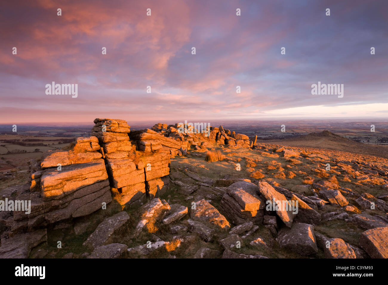 Los primeros rayos de sol por la mañana temprano bañarse mayor Tor en un rico resplandor, Parque Nacional Imagen De Stock