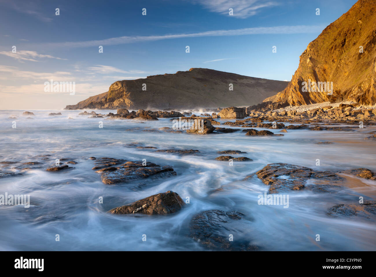 Marea Alta inunda las repisas rocosas de Duckpool beach, en la costa norte de Cornualles, Cornualles, Inglaterra. Imagen De Stock