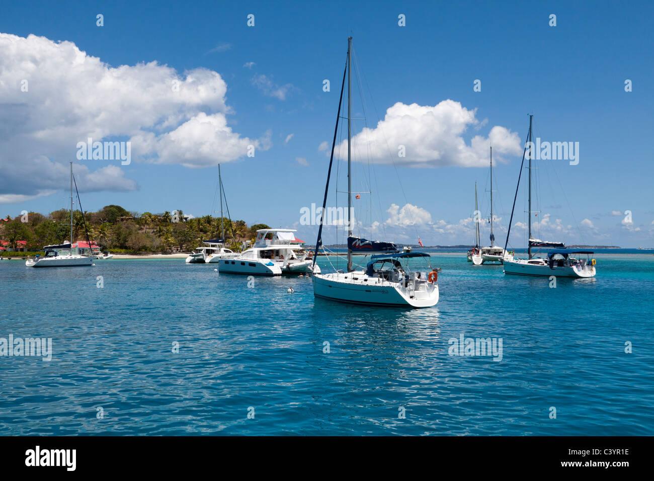 Veleros amarrados en el agua turquesa a Marina Cay en Tortola en las Islas Vírgenes Británicas Foto de stock