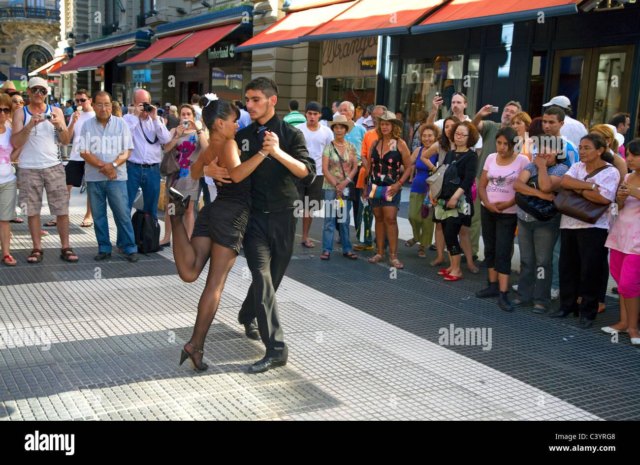 Bailarines de tango argentino en la parte peatonal de la calle Florida, en el barrio de Retiro de Buenos Aires, Imagen De Stock