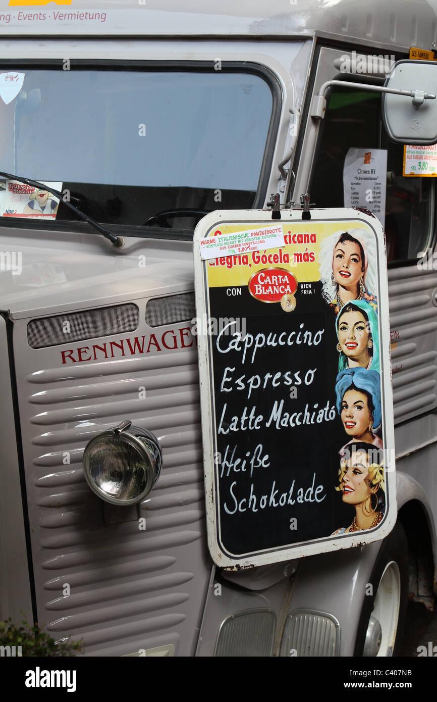 Se sirve café de una furgoneta Citroën H Foto de stock