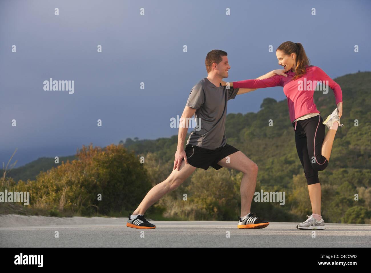 Joven pareja atlética estiramientos Imagen De Stock