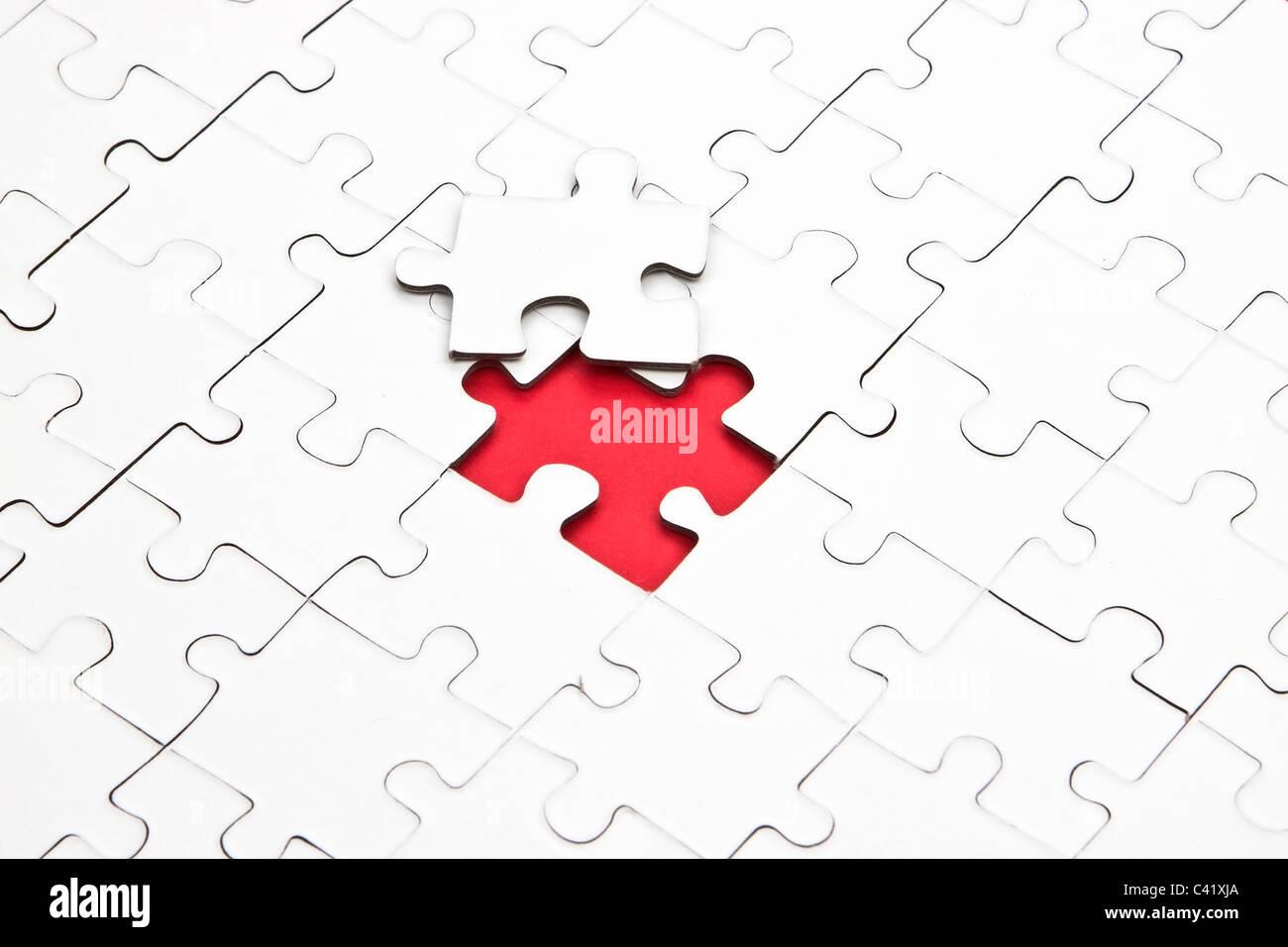 Un rompecabezas con piezas faltantes, los cuales están conectados Imagen De Stock