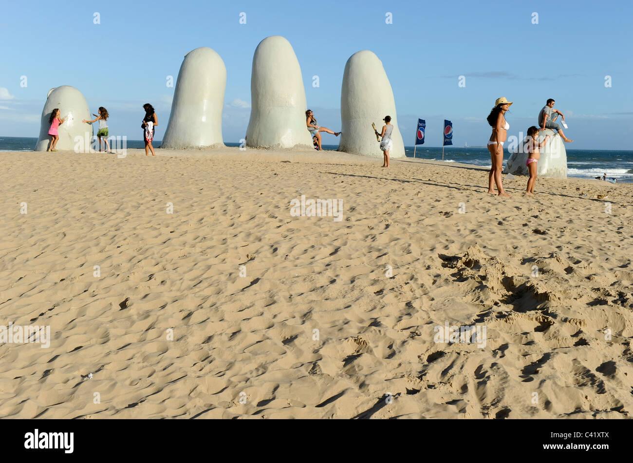 """URUGUAY Punta del Este, la escultura """"Los dedos"""" los dedos en la playa. Imagen De Stock"""