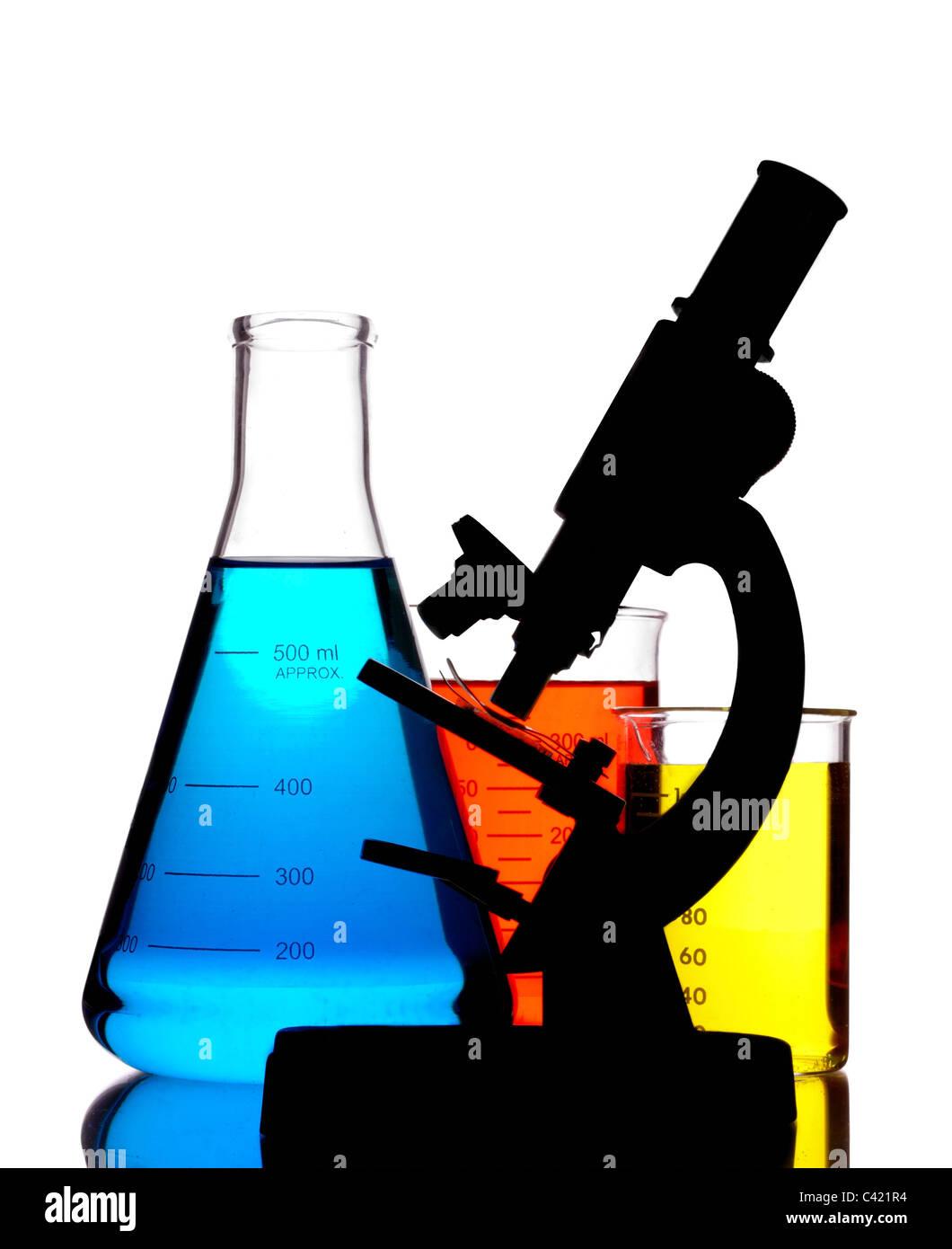 Microscopio y material de vidrio de laboratorio. Imagen De Stock