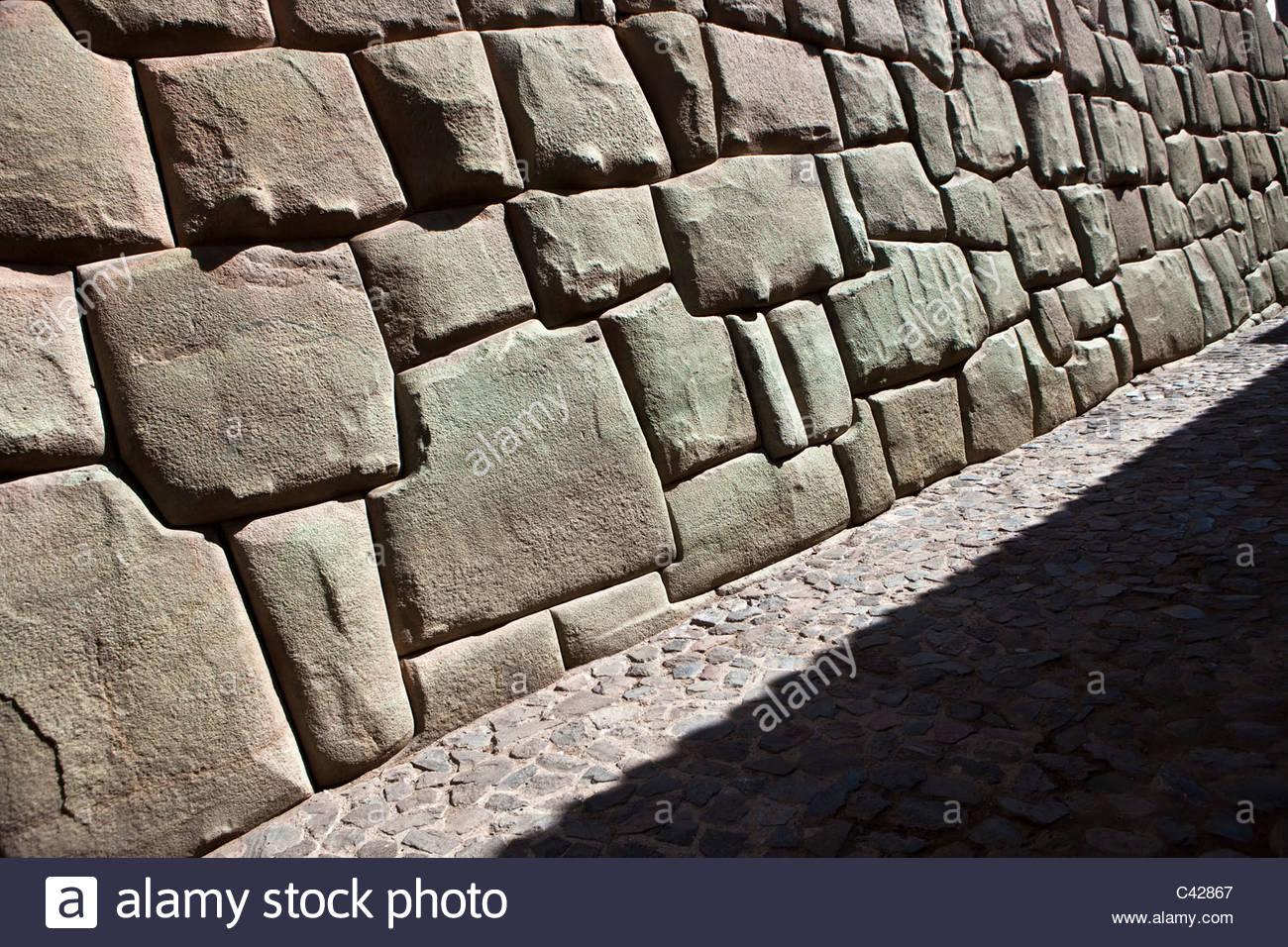 Cuzco, la pared del Museo de Arte Religioso, antes pertenecientes a la Sexta Inca, Inca Roca. Ejemplos de mampostería Imagen De Stock