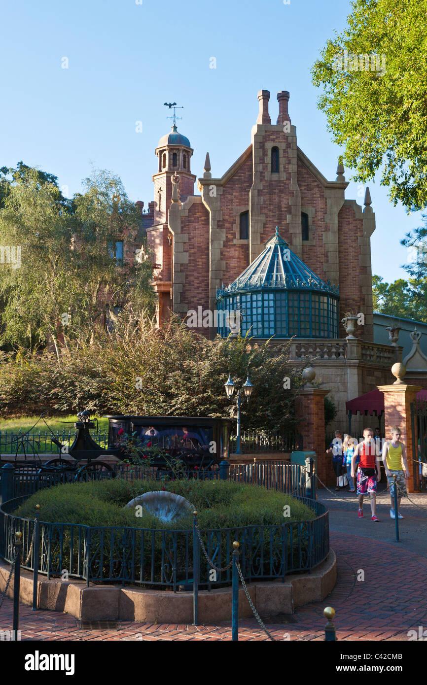 Los niños que salen de la mansión embrujada atractivo paseo en el Reino Mágico de Disney World, Kissimmee, Imagen De Stock