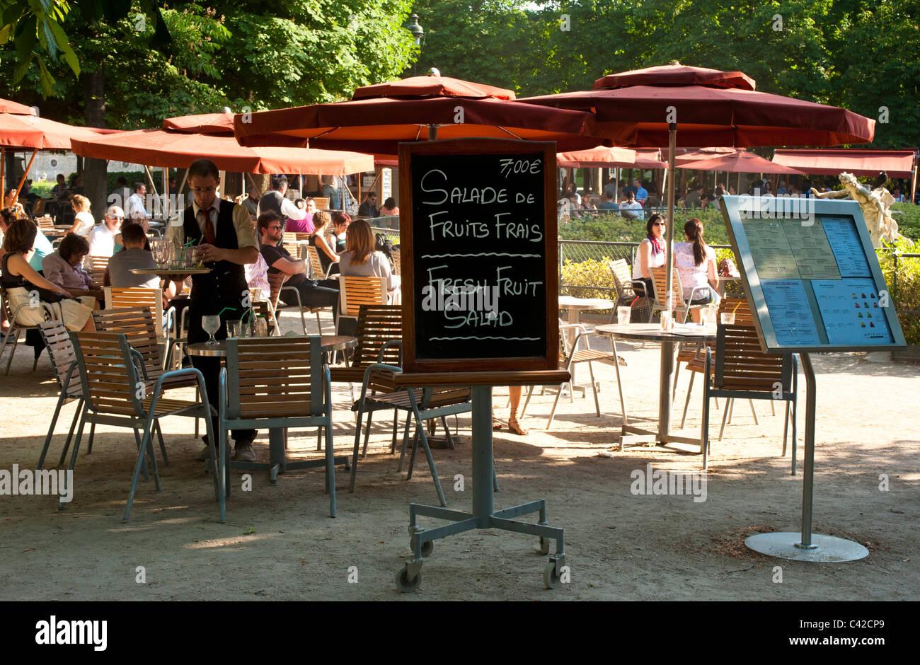 Los comensales en un café al aire libre en el Jardin du Tuileries Foto de stock
