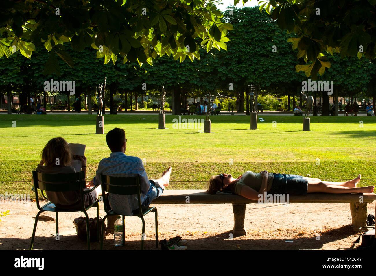 Las personas relajante por la tarde el sol en el Jardín de las Tullerías en París, Francia Foto de stock