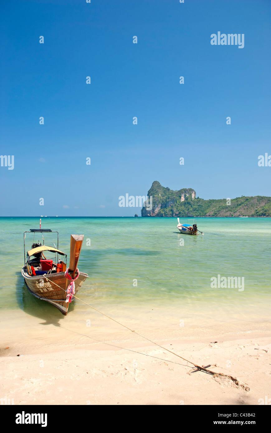 Barco en tropical playa de Ko Phi Phi en Tailandia Imagen De Stock