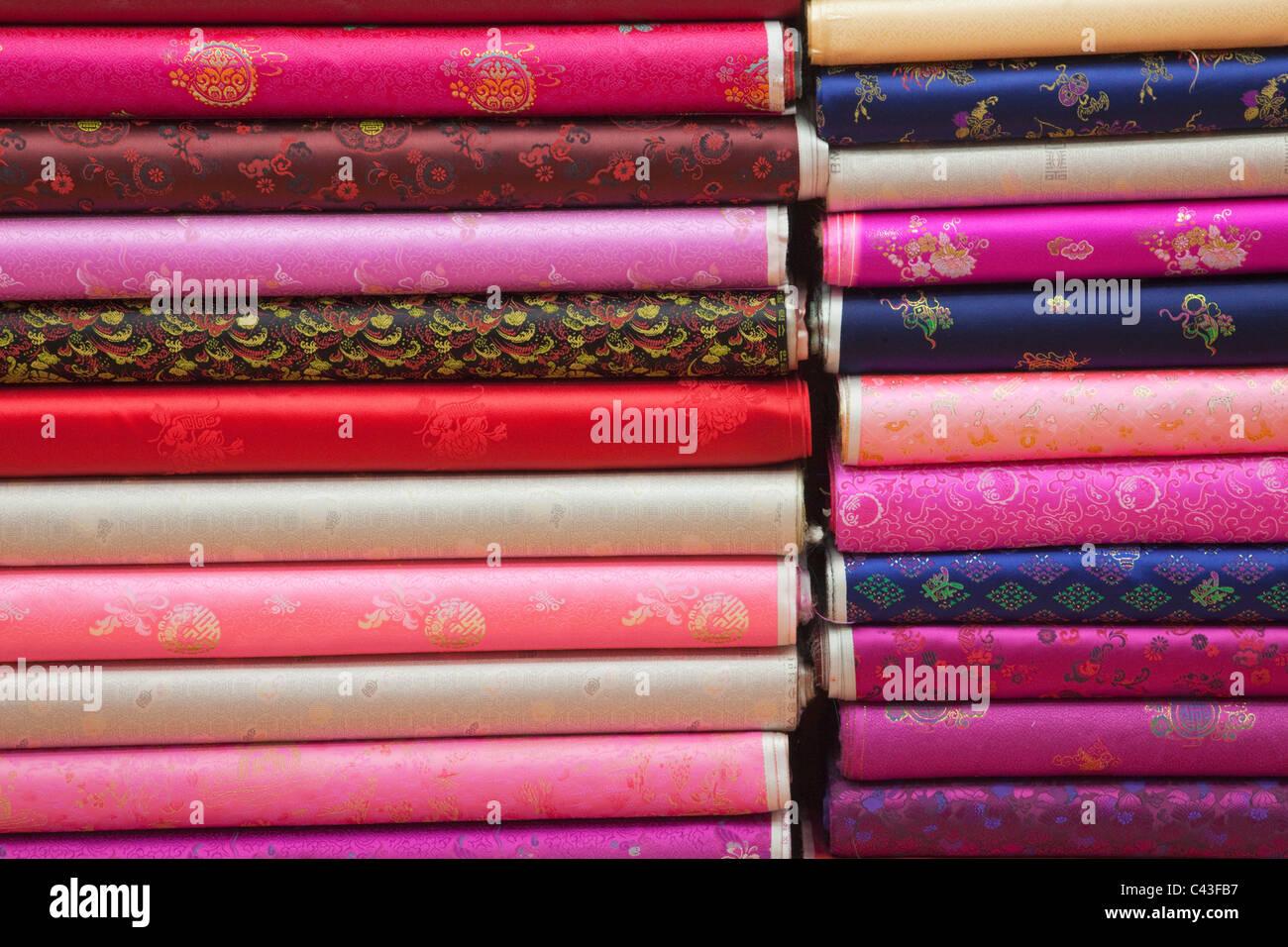 En Asia, Corea del Sur, Seúl, del mercado de Dongdaemun, Fabric Shop, telas, materiales, seda, seda, Tienda, mercado, tiendas, mercados, turismo, Tra Foto de stock