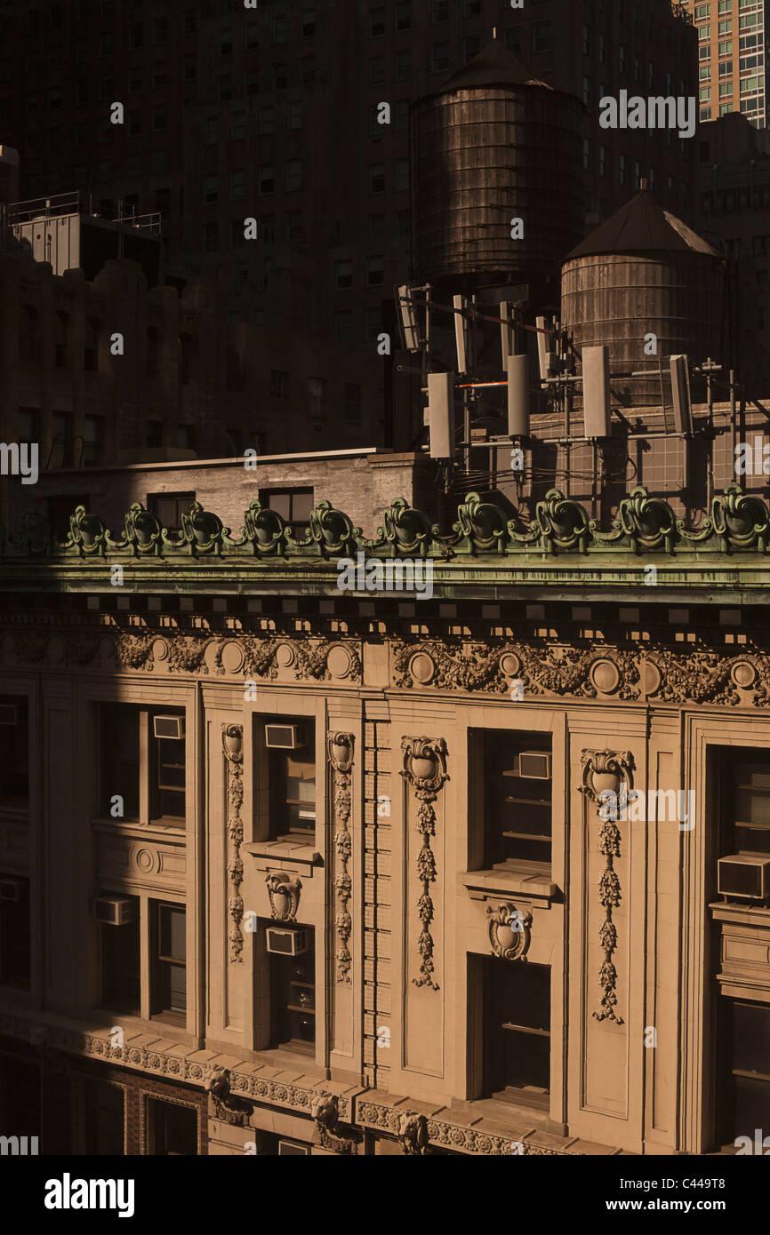 A la vieja usanza de tanques de almacenamiento de agua de madera en el techo de un edificio de apartamentos de lujo, Imagen De Stock