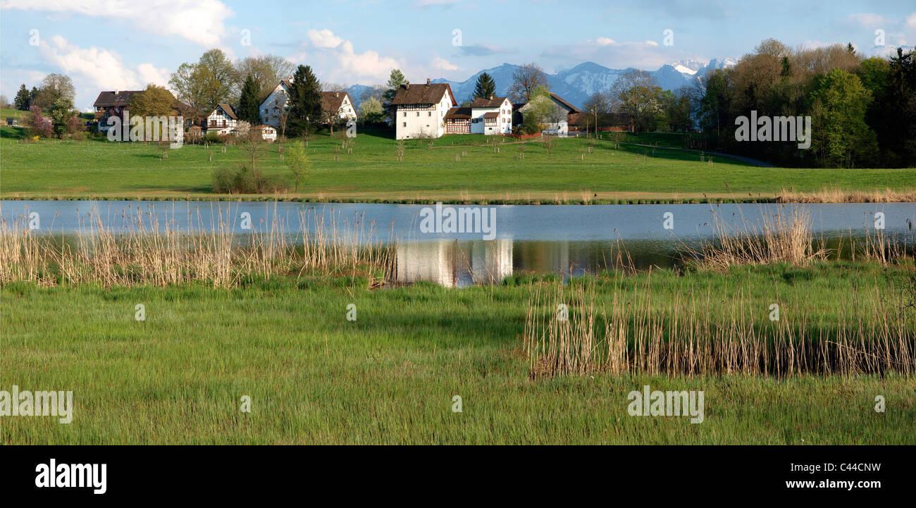 Granjas, montañas, paisajes, naturaleza, Lutzelsee, panorama, formato horizontal, día, agua Switzerlaqnd, panorama, Foto de stock