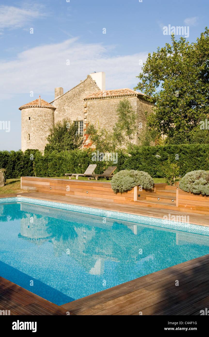 Fachada Exterior De Chateau Francés Y Piscina Con Terraza De
