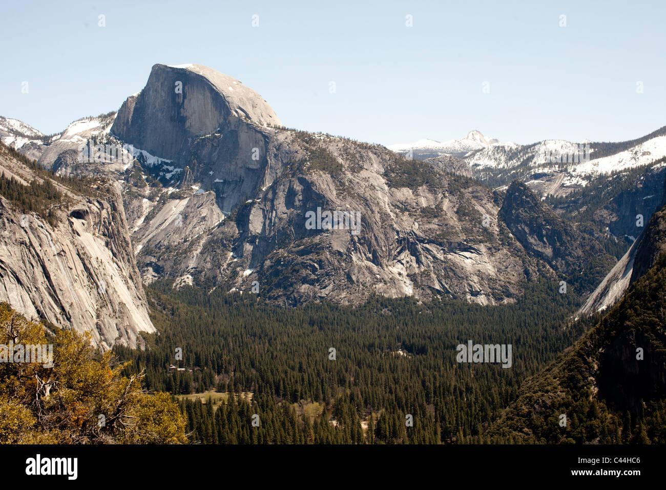Half Dome, en el Parque Nacional de Yosemite en la primavera visto desde el paseo a Yosemite Falls. Foto de stock