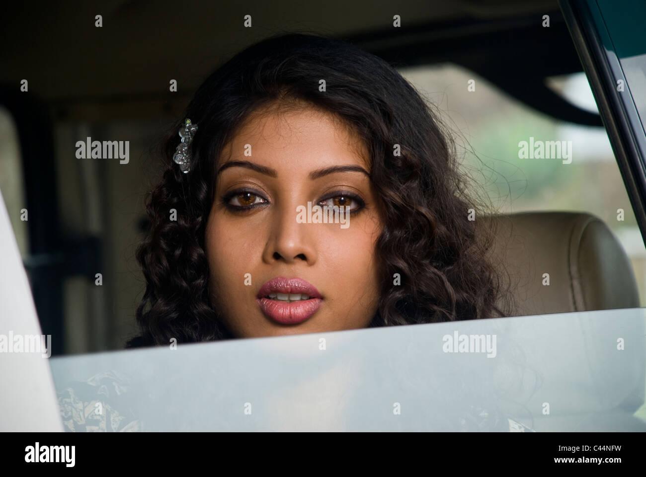 Una niña india mirando a través de la ventanilla del automóvil Imagen De Stock