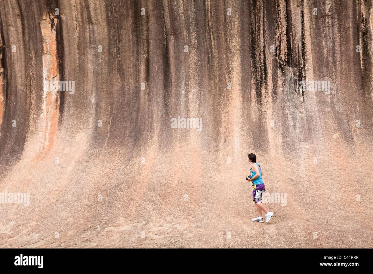 Turista en Wave Rock, una formación rocosa natural cerca de Hyden, Australia Occidental, Australia Imagen De Stock