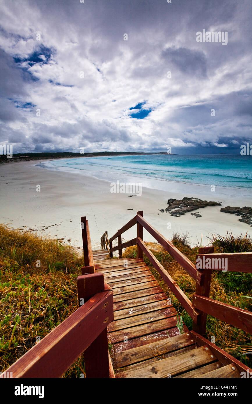 Paseo marítimo que conduce a la playa al atardecer. Esperance, Australia Occidental, Australia Imagen De Stock