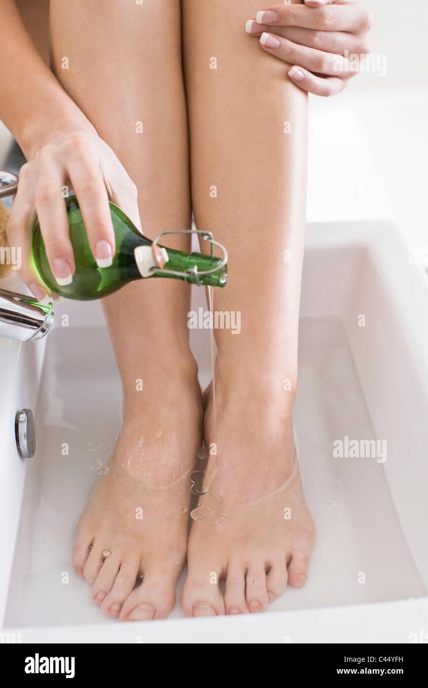 Mujer remojar los pies en aceite Imagen De Stock