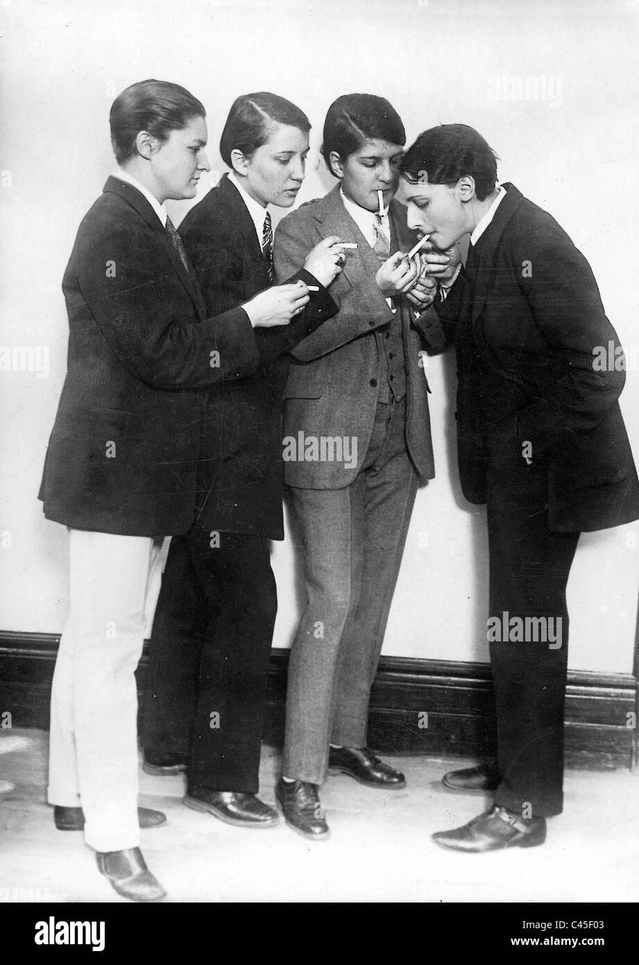 Fumar en los trajes de las mujeres, 1921. Imagen De Stock