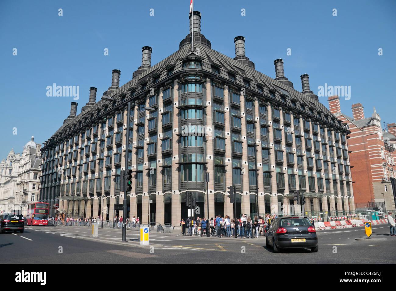 Portcullis House, el hogar de un tercio de los miembros del Parlamento Británico (frente a las Casas del Parlamento de Londres. Foto de stock